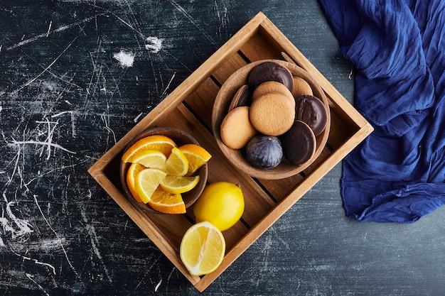 Biskuit mit schokolade und zitrone.
