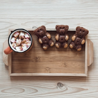 Biskuitbären und heiße Schokolade auf Tablett