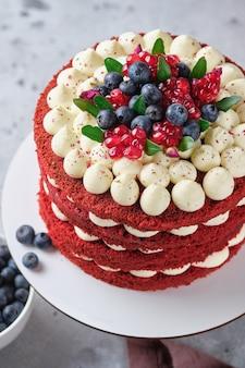 Biskuitkuchen roter samt. kuchen mit frischkäsecreme und himbeerfüllung.