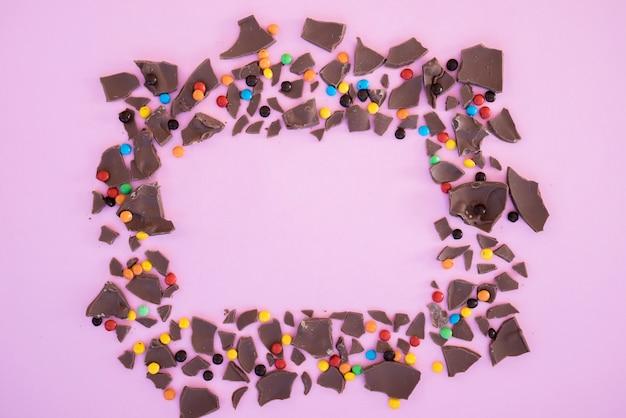 Bissen von schokolade und süßigkeiten in form von rahmen