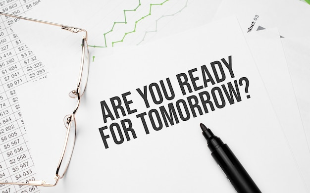 Bist du bereit für morgen . konzeptioneller hintergrund mit diagramm, papieren, stift und brille