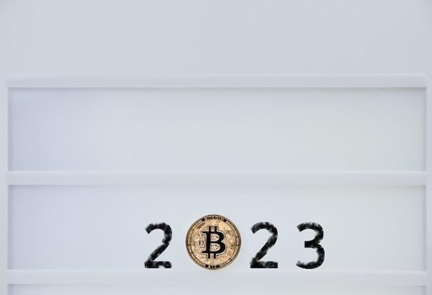 Bitcoin 2023. bitcoins sind neben den zahlen 2. vorhersage des bitcoin-preises im jahr 2023. zukünftiger bitcoin-wert für 2020, 2022, 2030. Premium Fotos