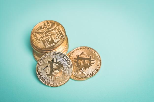 Bitcoin auf dem blauen hintergrundkopienraum