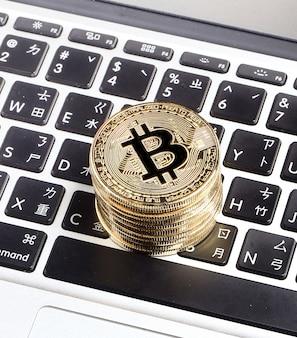 Bitcoin auf dem laptop, bitcoin ist eine kryptowährung und ein weltweites zahlungssystem.