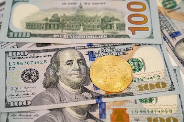 Bitcoin auf dollar-banknoten. in kryptowährung investieren. an der börse spielen.