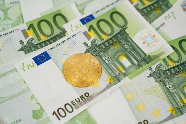 Bitcoin auf euro-banknoten. in kryptowährung investieren. an der börse spielen. Premium Fotos