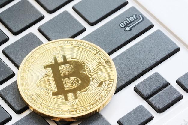 Bitcoin auf schwarzem tastaturkonzept.