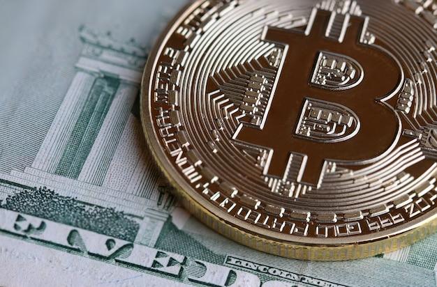 Bitcoin cryptocurrency ist digitales zahlungsgeld, goldmünzen mit b-buchstabensymbol auf euro