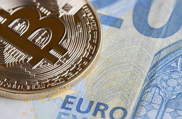 Bitcoin cryptocurrency ist digitales zahlungsgeld konzept, goldmünzen mit b-buchstaben-symbol