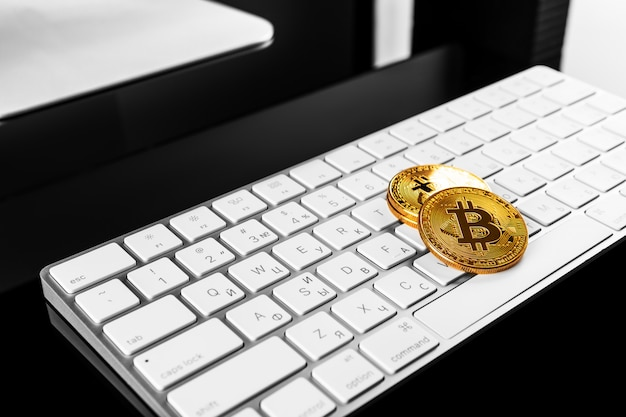 Bitcoin cryptocurrency-münze auf tastatur