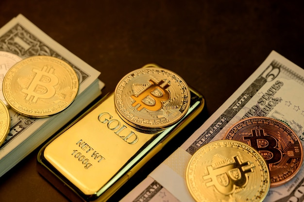 Bitcoin der kryptowährung mit gold und geld. neue virtuelle technologie und business für blockchain