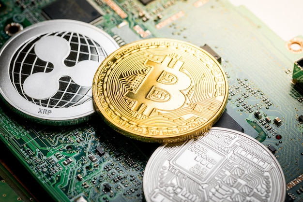 Bitcoin, die digitale währung auf motherboardhintergrund