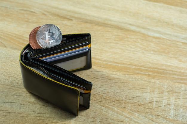 Bitcoin digitale währung mit lederner geldbörse oder geldbörse