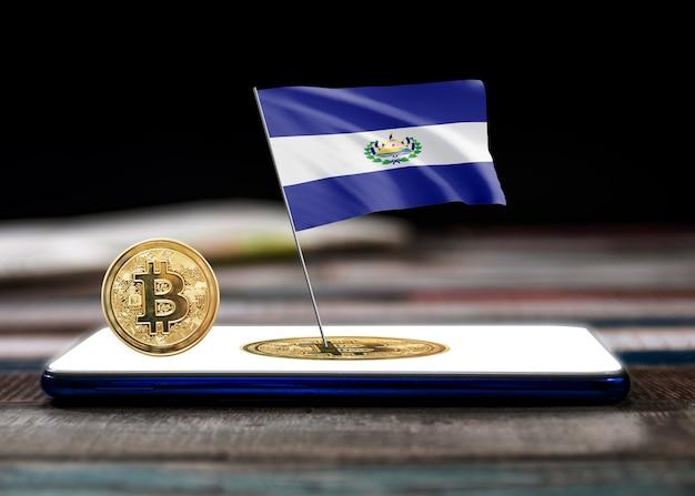 Bitcoin el salvador auf der flagge von el salvador. bitcoin-nachrichten und rechtslage im el salvador-konzept.