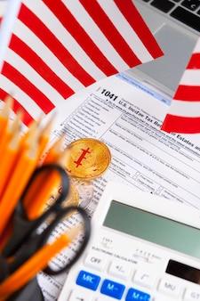 Bitcoin goldene münzen auf einem dollarbanknotenbüro