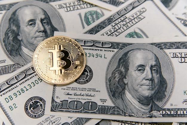 Bitcoin-goldmünze auf us-dollar-banknoten. e-geld-investition. cryptocurrency-geschäftskonzept.