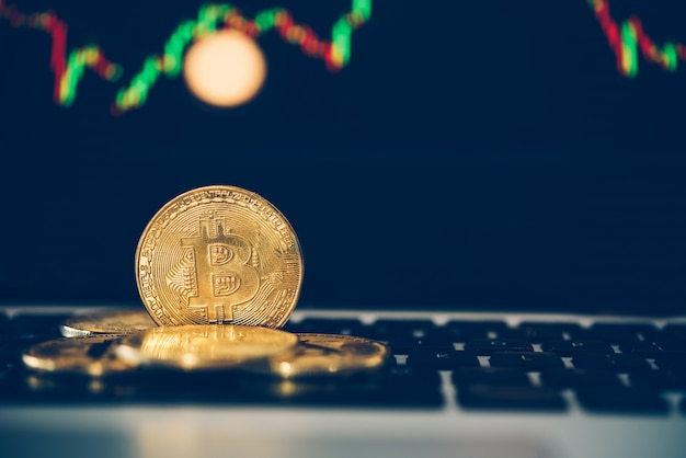 Bitcoin goldmünzen münze und defokussierter kartenhintergrund