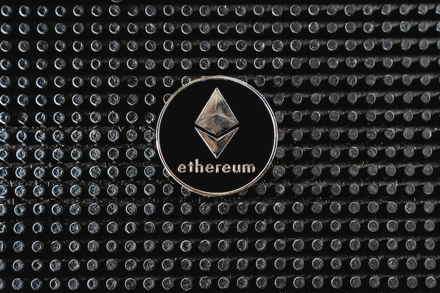 Bitcoin-handel. kryptowährungsmünze auf dunklem hintergrund. zahlung für kryptowährungsdienste. neue bitcoin-möglichkeiten.
