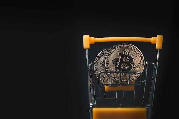 Bitcoin im gelben wagen. business internet und geld sparen konzept.