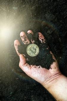 Bitcoin in den händen des bergmanns. goldene bitcoins abbauen