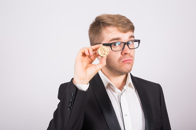 Bitcoin in der hand eines mannes, digitales symbol einer virtuellen kryptowährung.
