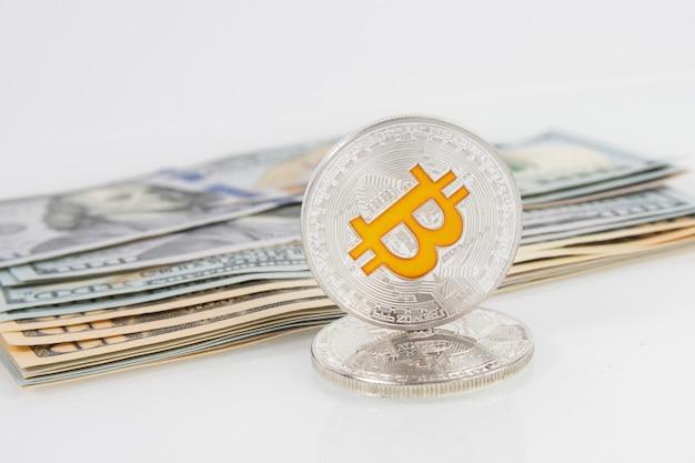 Bitcoin in digitaler währung mit us-dollar-banknoten