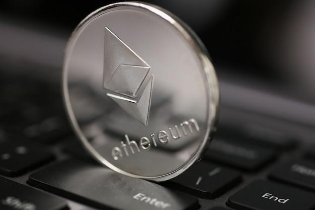 Bitcoin in kryptowährung liegt auf der tastatur