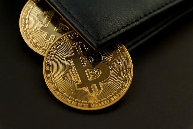 Bitcoin ist auf der brieftasche, dem technologiekonzept für den kryptowährungshandel, platziert.
