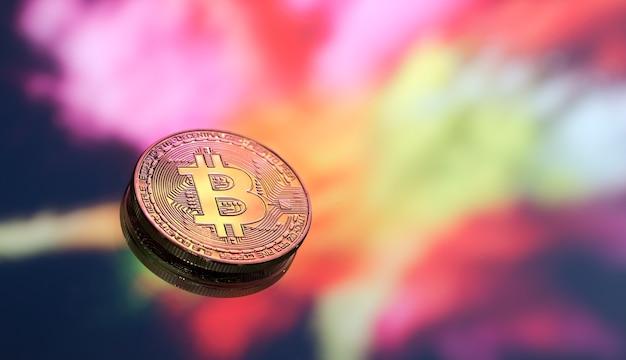 Bitcoin ist ein neues konzept von virtuellem geld auf einem farbenfrohen hintergrund, eine münze mit dem bild des buchstabens b, nahaufnahme.