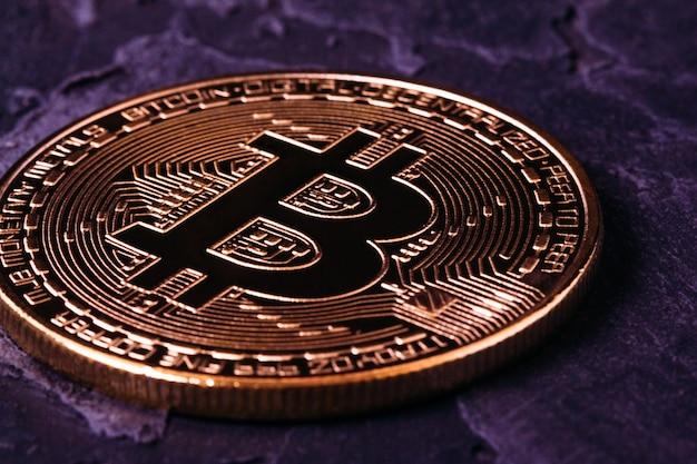 Bitcoin-kryptogold mit dunkler nahaufnahme