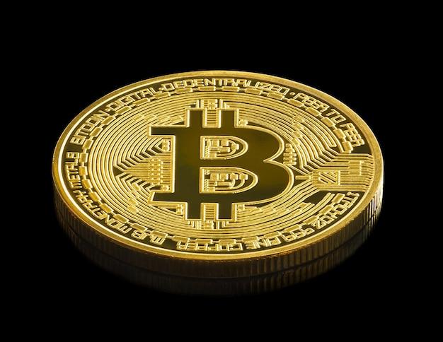 Bitcoin-kryptowährung digitales bitmünzen-btc-währungskonzept, goldene münzen mit bitcoin-symbol auf einem schwarzen hintergrund