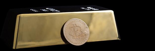 Bitcoin-kryptowährung und goldbarren auf einem schwarzen hintergrund.
