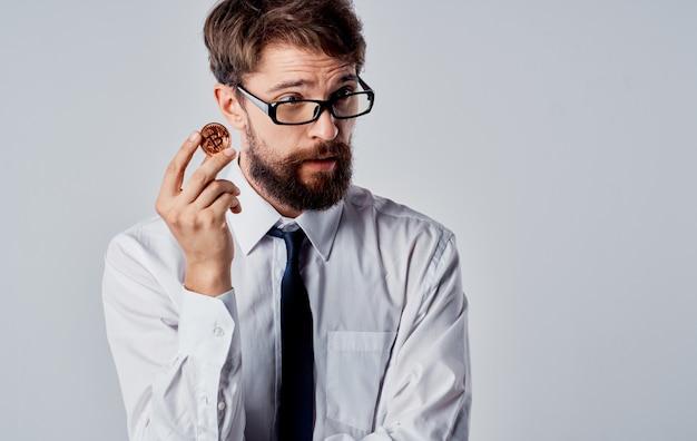 Bitcoin-kryptowährungsgeschäftsmann in einem anzuggrauhintergrund-kopierraum. hochwertiges foto