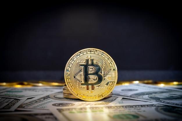 Bitcoin-kryptowährungsmünze und dollarnoten im hintergrund