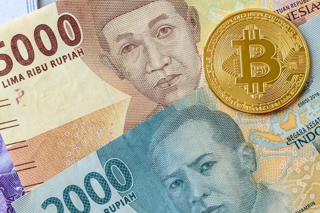 Bitcoin mit aktuellen banknoten der indonesischen rupiah-währung