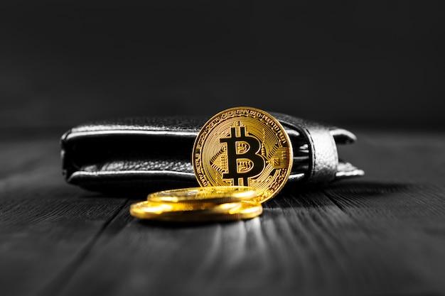 Bitcoin mit dollar auf geldbeutel lokalisiertem schwarzem