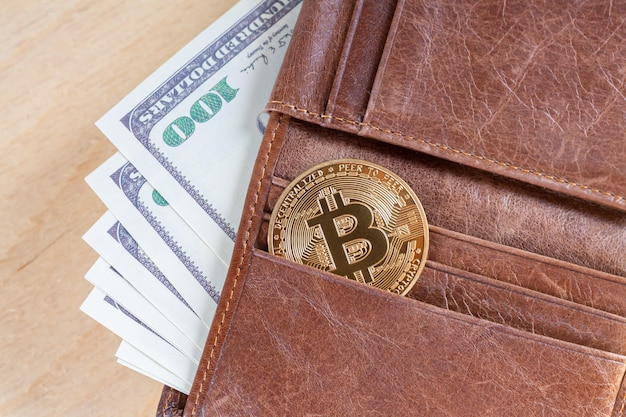 Bitcoin mit dollar in brauner brieftasche, virtuellem kryptowährungshandel und investitionskonzept