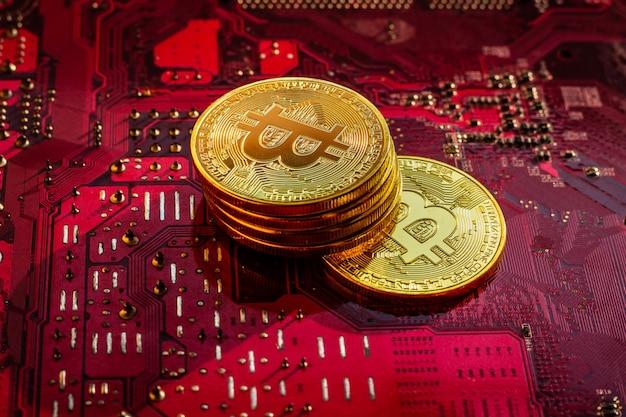 Bitcoin mit leiterplatten-mikrochips, virtueller kryptowährung, goldbergbau, blockchain-technologie.