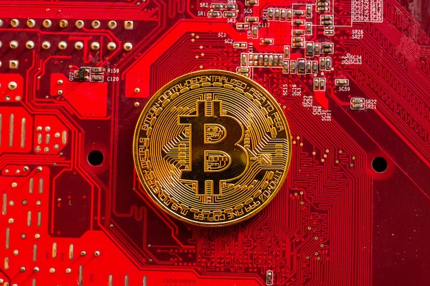 Bitcoin mit leiterplatten-mikrochips, virtueller kryptowährung, goldbergbau, blockchain-technologie.