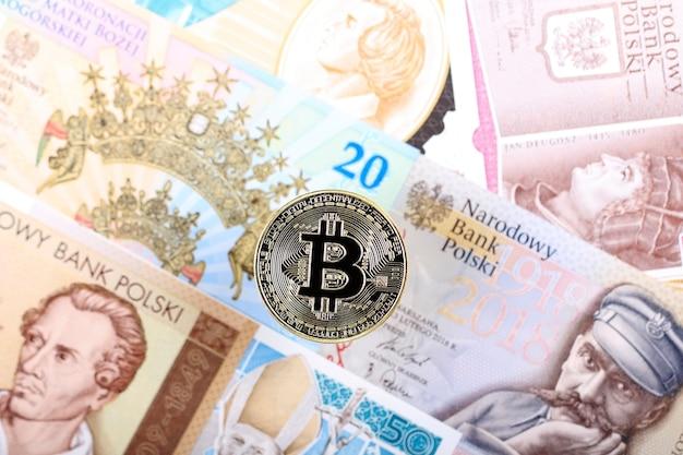 Bitcoin-münze auf dem hintergrund von polnischen banknoten