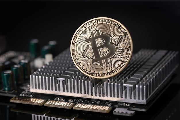 Bitcoin-münze auf kühlerem motherboard. kryptowährung. nahansicht