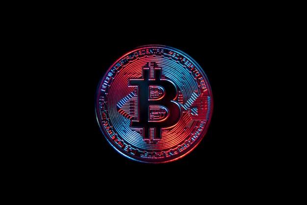 Bitcoin-münze auf schwarzem hintergrund