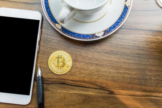 Bitcoin-münze auf smartphone