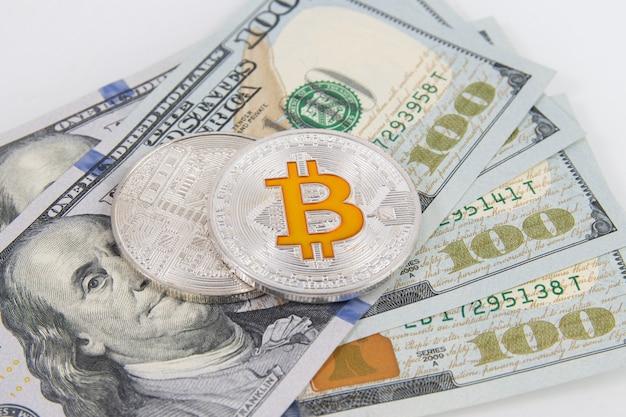 Bitcoin-münze auf us-dollar-banknoten