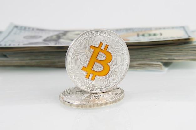 Bitcoin-münze und papier us-dollar