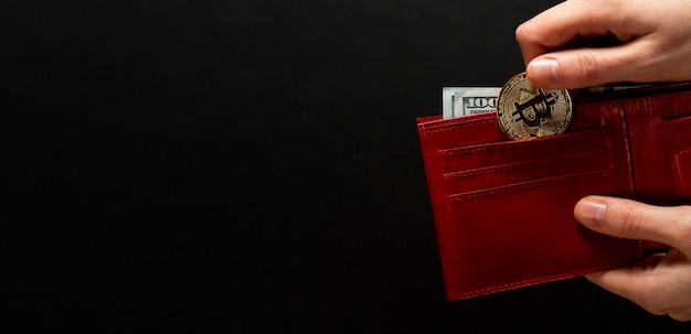 Bitcoin-münze und us-dollar in roter brieftasche