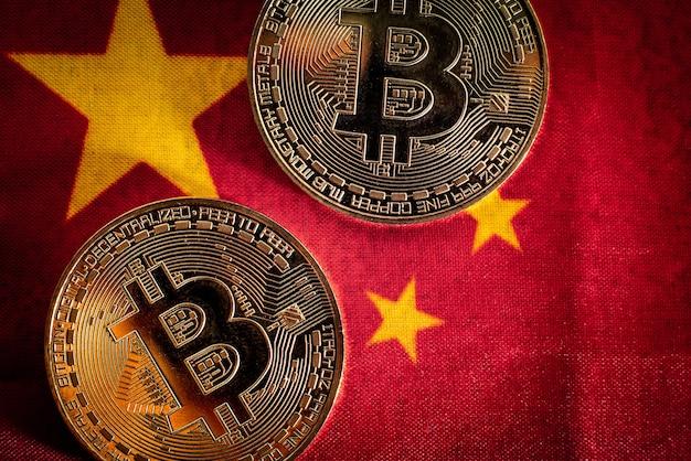 Bitcoin-münzen auf der flagge von china, einem land gegen dessen verwendung, kürzlich verboten.