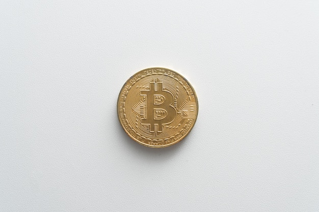 Bitcoin-münzen auf einer isolierten weißen hintergrundnahaufnahme. virtuelles geld. das konzept des kaufs von kryptowährung online bisss