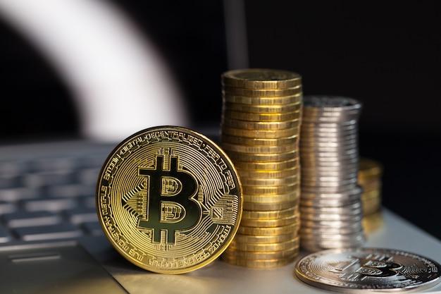 Bitcoin-münzen auf einer tastatur