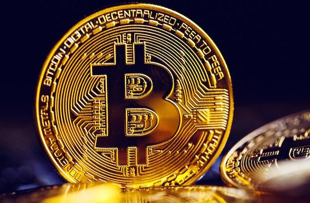 Bitcoin-münzen auf laptoptastatur.